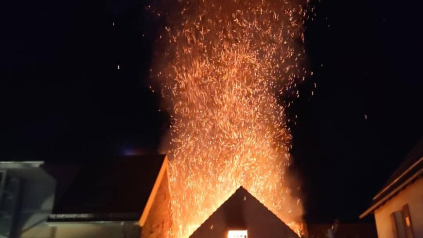 Scheunenbrand im Ortskern von Sulzfeld