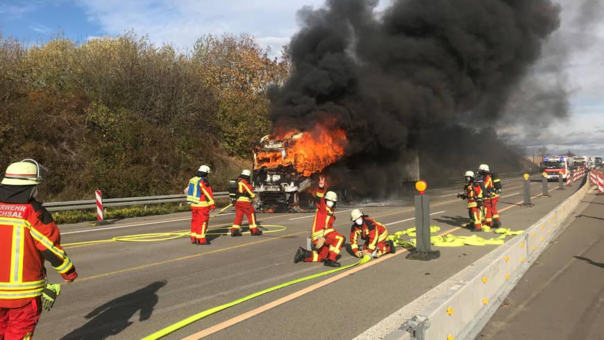 LKW-Zugmaschine auf Autobahn komplett ausgebrannt