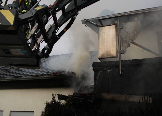 Wohnhausbrand beschäftigt stundenlang die Pfinztaler Feuerwehr