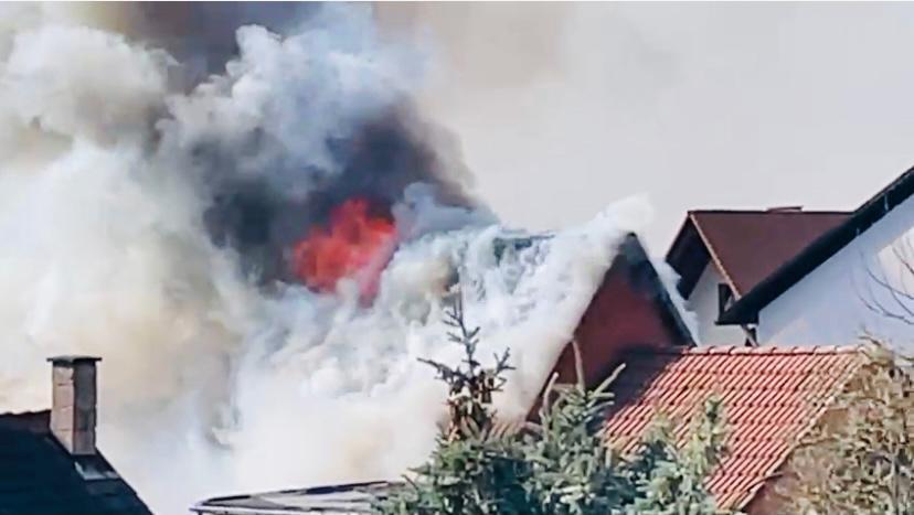 Carportbrand greift auf Wohngebäude über