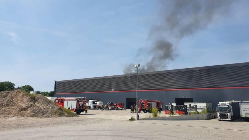 Photovoltaikmodule auf Lagerhalle in Brand geraten