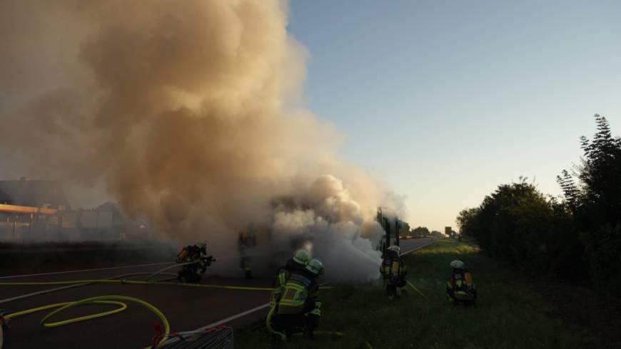 Linienbus auf B36 in Brand geraten
