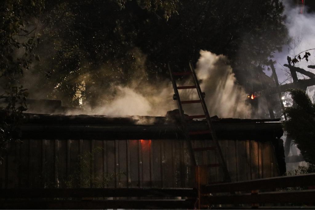 Gartenhüttenbrand fordert die Feuerwehr