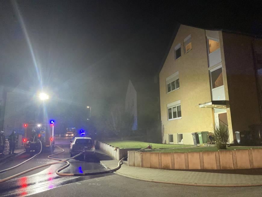 Starke Rauchentwicklung aus Mehrfamilienhaus in Gochsheim